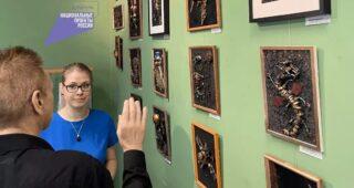 ЭКОВЫСТАВКА Экологические проблемы вторичного использования мусора поднимает художник Д.Пащенко. Убедиться, что обычный мусор может стать предметом современного искусства можно в Мытищинском историко-художественном музее на выставке. С детства Дмитрий любил рисовать карикатуры, животных и необычные существа. Мечтал придать объем своим рисункам и перенести их в другой масштаб. Это случилось тогда, когда появились дети и много сломанных игрушек, которые нельзя было починить, а дети не давали выбросить. Это легло в основу первых поделок – роботов, которых придумывали для садика и объемных картин из подручного материала. В итоге - немного пластика и железяк, бусинок или пуговиц (в ход пошли и остатки пазлов) + клеевой пистолет + несколько видов красок + рамка + фантазия = необычный подарок или элемент интерьера - картина в стиле стимпанк. Занятие оказалось так увлекательно, что дети с удовольствием присоединились. И уже давно сортируют